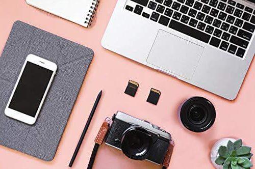 Photo d'un bureau avec le tapis de souris rose pour gamer